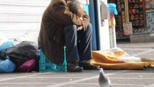 """Άστεγος Έλληνας νεκρός στην μέση του δρόμου: Ενώ """"φιλοξενούμε"""" 100.000 από όλο τον κόσμο,σε """"δομές"""" που έχουν τα πάντα!"""