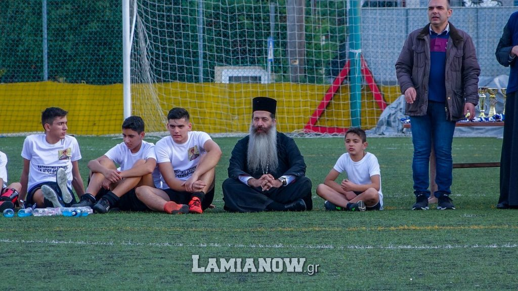 Ένας διαφορετικός Μητροπολίτης έπαιξε ποδόσφαιρο μαζί με τα παιδιά και κατέπληξε μικρούς και μεγάλους