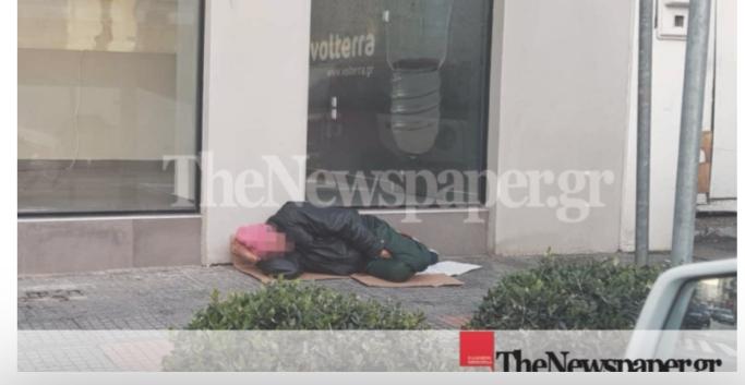 Βόλος: «Σπάει καρδιές» ο άστεγος που κοιμάται στο παγωμένο πεζοδρόμιο της Ιάσονος