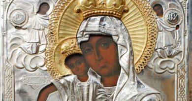 Eορτάζει η Παναγία μας ως Βασίλισσα των Ουρανών